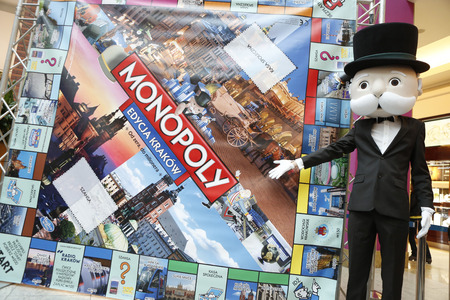 monopolio: KRAKOW, POLAND - NOVEMBER 07, 2015: First run Monopoly Edition Cracow Krakow at shopping center Bonarka City Center op Mister Monopoly