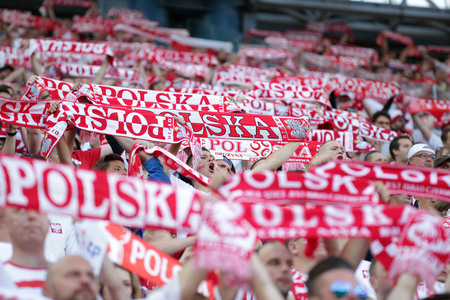 KRAKÓW, POLONIA - 6 de junio de 2016: Juego de fútbol amistoso de Inernational Polonia - ventiladores polacos de Lituania o / p Editorial