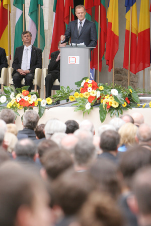 derrumbe: KRAKOW, POLAND - JUNE 04, 2009: 20th Anniversary of the collapse of Communism in Central Europe op Polish Prime Minister Donald Tusk
