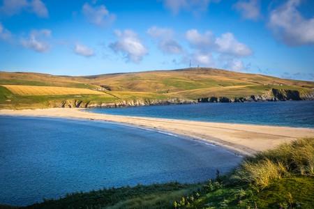Scozia, Isole Shetland, St Ninian's Beach, Un tombolo è una morfologia di deposizione in cui un'isola è attaccata alla terraferma da uno stretto pezzo di terra come uno spiedo o una sbarra.