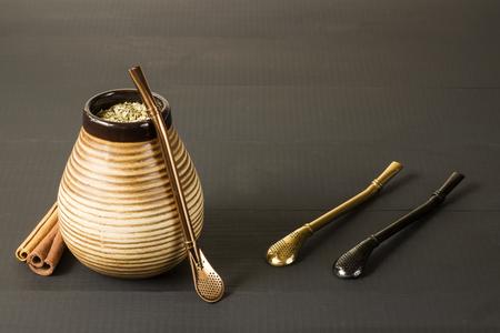 yerba mate: yerba mate con accesorios. bebida tradicional de América Latina Foto de archivo