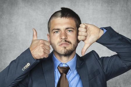 Twee gezicht zakenman kan niet beslissen of het goed of slecht is Stockfoto - 34924905
