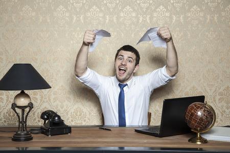 giovane imprenditore stracciò il contratto di lavoro