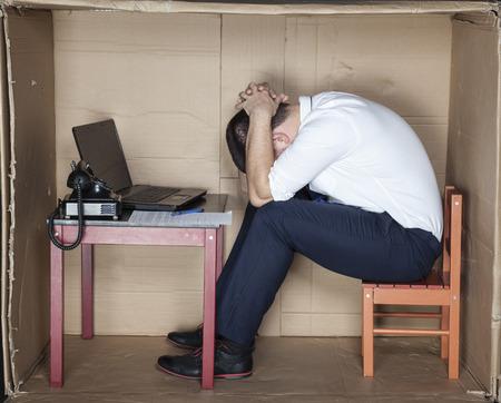 empleados trabajando: cansado hombre de negocios sentado en la oficina