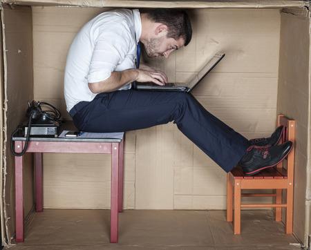 Geschäftsmann in einer seltsamen Position