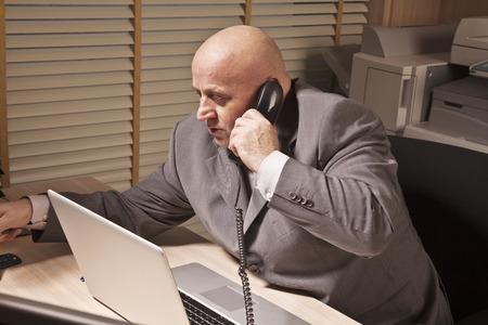 conversaciones: hombre de negocios habla por el teléfono Foto de archivo