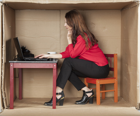 trabajando duro: mujer de negocios centrado est� trabajando duro en un equipo Foto de archivo