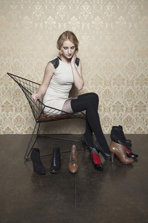 Mädchen nicht weiß, welche Schuhe zu wählen