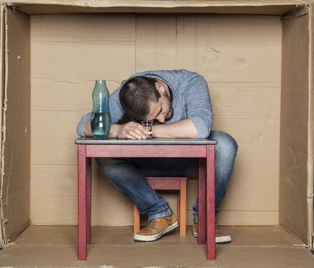 decepcionado: hombre en paro decepcionados bebe alcohol