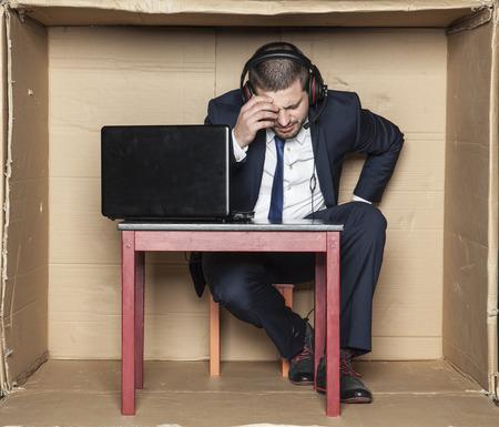 comentarista deportivo con dolor de cabeza