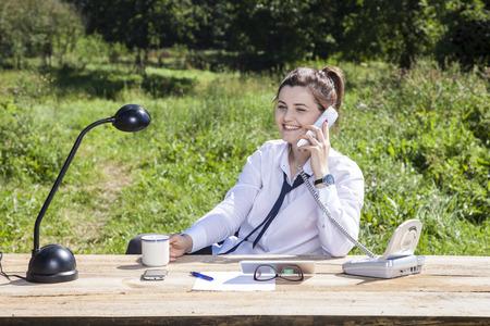 femme d'affaires à parler au téléphone et de boire du café