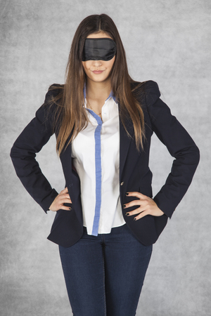 ojos vendados: business woman blindfolded