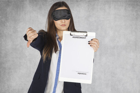 ojos vendados: Smiling business woman shows thumb upwards, blindfolded Foto de archivo
