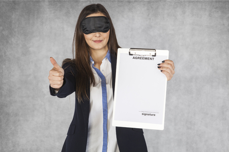 ojos vendados: business woman showing thumbs down, blindfolded