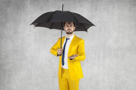 agente de seguros se extiende, copia espacio