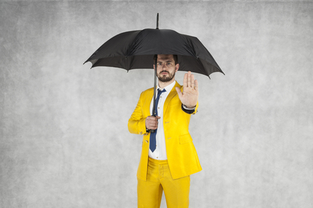 insurance agent performs gesture stop to the bad insurance Foto de archivo