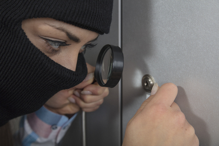 swindled: The thief tries to open the lock using the lock