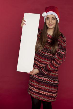 広告のための場所を保持する赤い背景に素敵な女の子 写真素材