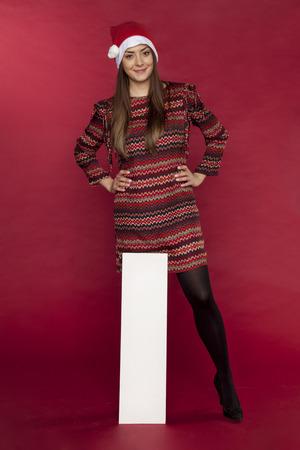 クリスマス セール広告コピー スペースを保持している若い女性を笑顔