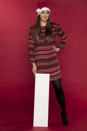 クリスマスセール用のコピースペースを持つ笑顔の若い女性