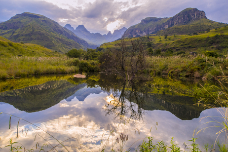 Breathtaking view of the mountains and water in Drakensberg, South Africa, Standard-Bild
