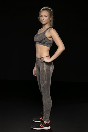 sportliche Frau zeigt ihren schönen Körper, Seitenansicht