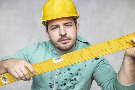 the builder holds in his hands the spirit levels, the idea of accuracy in the construction Stockfoto
