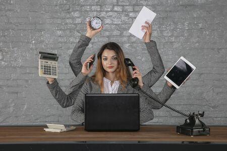 mujer de negocios joven es insustituible en su puesto