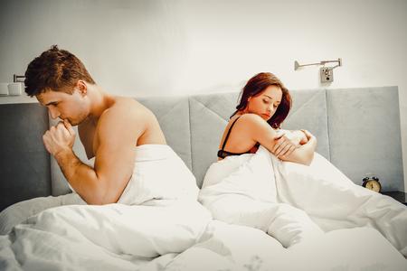 relaciones sexuales: Joven pareja en la cama después de discutir.