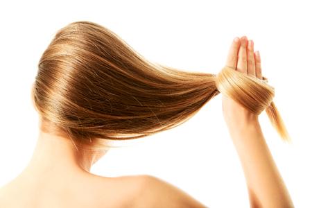 긴 금발 인간의 머리카락 근접, 화이트에 격리.