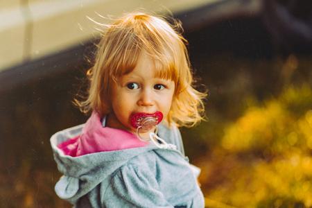 Jesienny spacer dla dziewczynki Zdjęcie Seryjne
