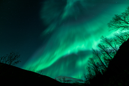 놀라운 오로라 보 리 얼리스 Tromsdalstinden 산, 트롬 소 도시, 스톡 콘텐츠