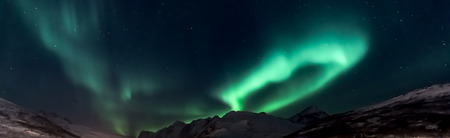 Aurora Borealis (Nordlichter) über Bergen Kaldfjord - Kvaloya, Nordnorwegen Standard-Bild - 96177633
