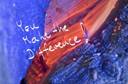 Wörter, die Sie machen den Unterschied! handschriftlich auf rot brennen Holzuntergrund.