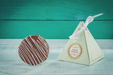 Honey cookie chocolate covered in a gift wrapping written Happy Easter - p?o de mel Banco de Imagens