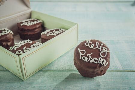 Honey cookie chocolate covered with a gift box written Happy Easter - pão de mel