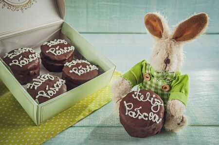 Plush rabbit with honey cookie chocolate covered written Happy Easter in a gift box - pão de mel Banco de Imagens