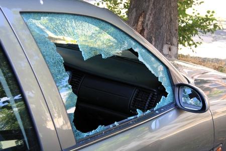 robo de autos: vidrio roto en un auto