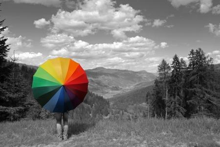 Rainbow paraguas en los Alpes Foto de archivo