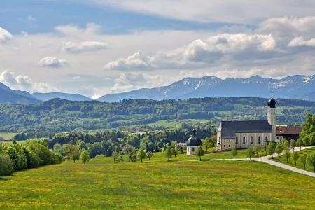 Iglesia y los Alpes b�varos Foto de archivo