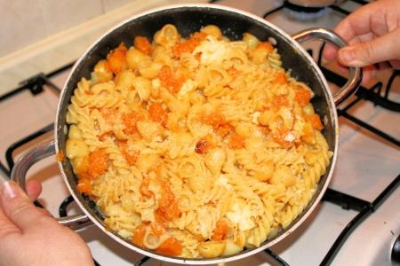 semolina paste: padella con salsa di pasta con zucca