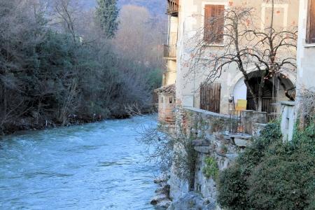 flowing river: r�o que fluye en la ciudad