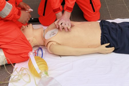 the hands of health care professionals who practice resuscitation Zdjęcie Seryjne