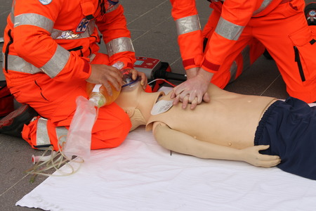 primeros auxilios: las manos de los profesionales de la salud que practican la reanimaci�n Foto de archivo