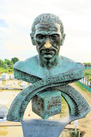 spqr: Cayo Julio C�sar Augusto estatua en el r�o Rubicone en Italia, donde pronunci� la frase hist�rica Alea iacta este o la suerte est� echada