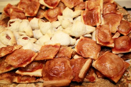 canapes: canapes and small pizza, buffet food