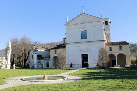 El Santuario de Nuestra Señora de Valverde Rezzato en la provincia de Brescia en Italia nació cerca del sitio de la aparición mariana de 1399 Foto de archivo - 36614325