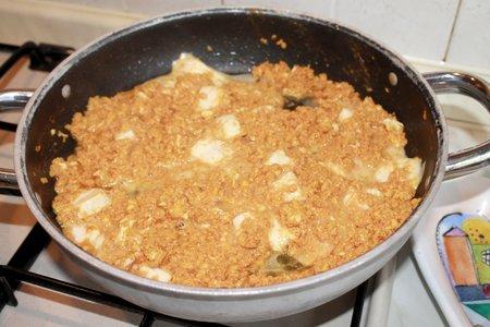 huevos revueltos: huevos revueltos con salsa de tomate y queso