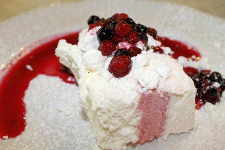 brambleberry: torta de merengue con las bayas Foto de archivo