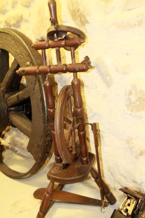 bolter: antique wooden spinning wheel Stock Photo